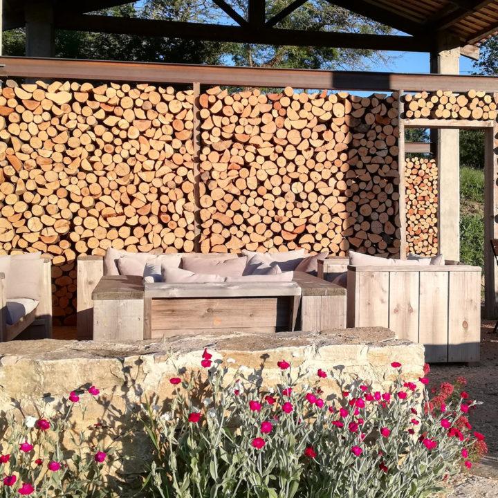 Loungebanken met een wand van haardhout