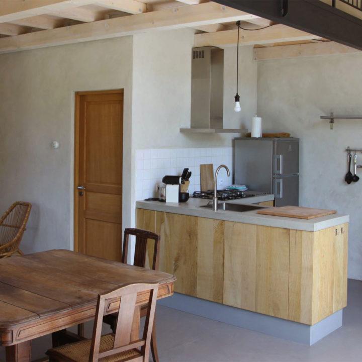 Keukenblok met eethoek, sobere stijl