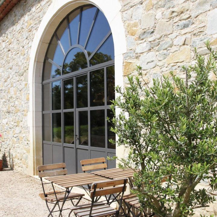 Terrasje bij appartement Le Pic in de Provence