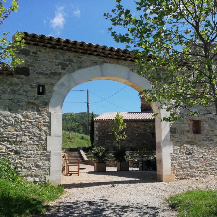 Romeinse boog bij appartementen in Zuid-Frankrijk