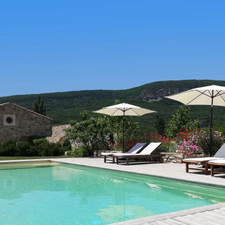 Zwembad in de heuvels van de Provence