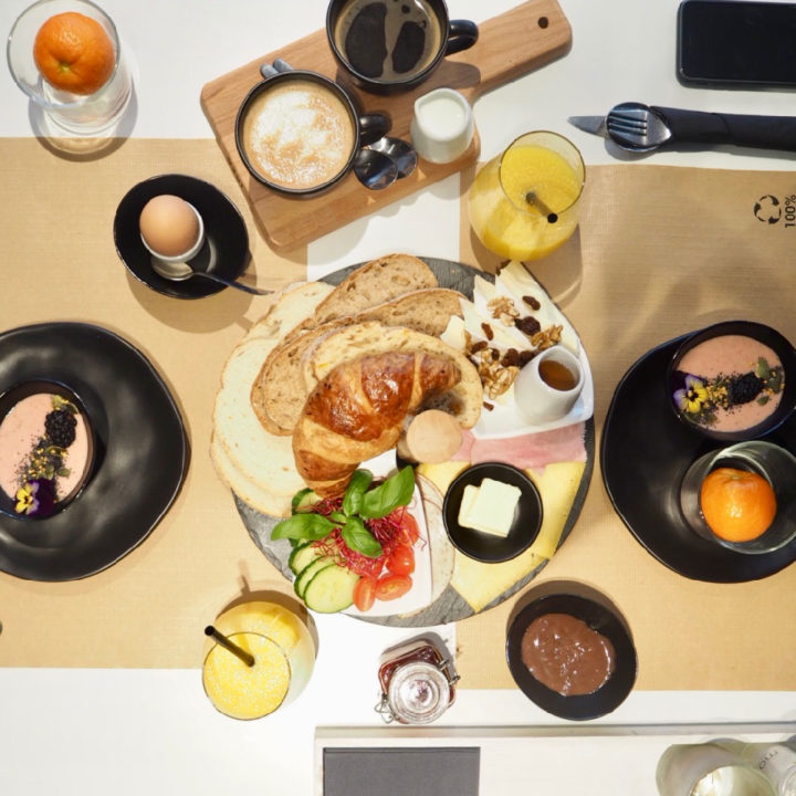 Een gedekte tafel met allemaal lekkers voor het ontbijt