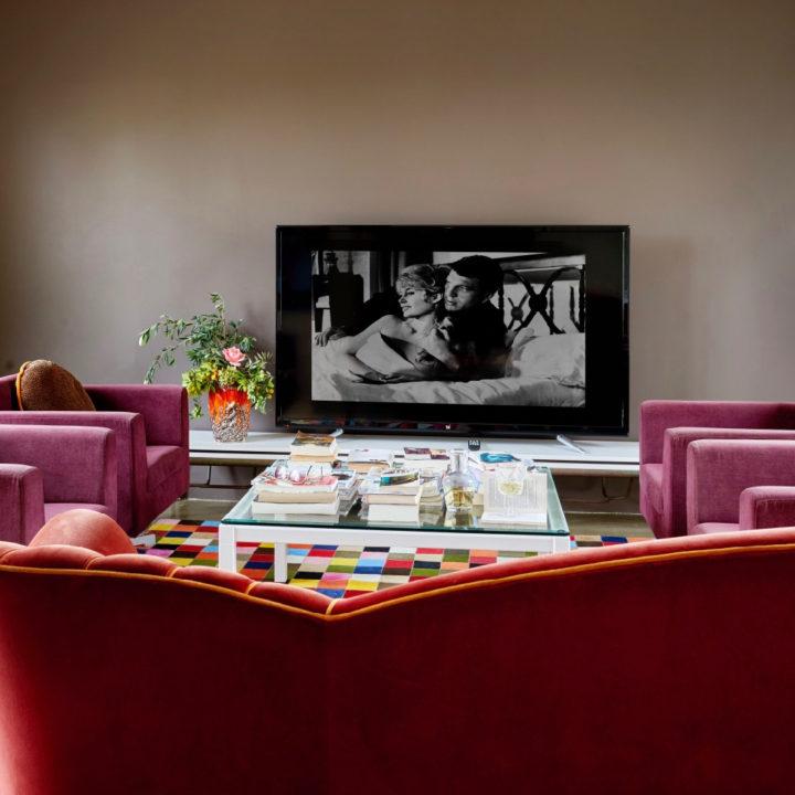 Televisiehoek met paarse banken
