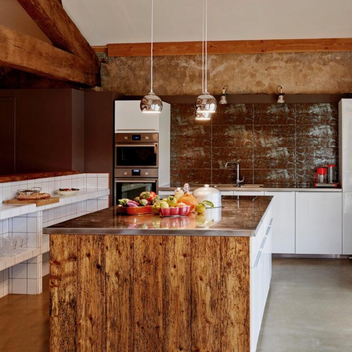 Keuken met wit en bruin, een kookeiland