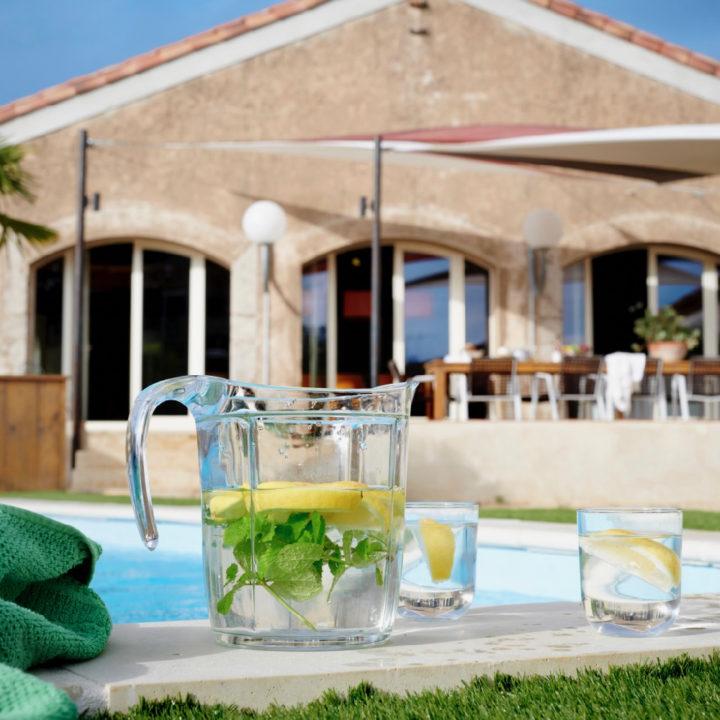 Vakantiehuis met zwembad, karaf met water en citroen