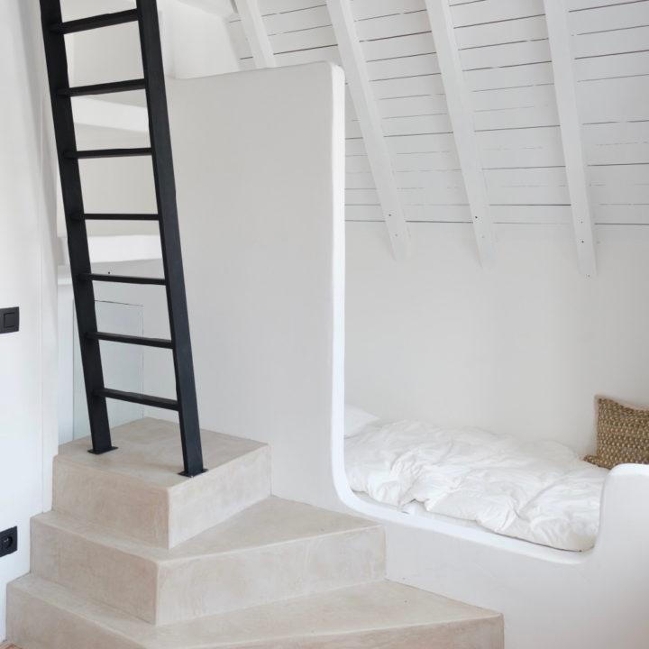 Nis met bed en trap naar boven in groepsaccommodatie