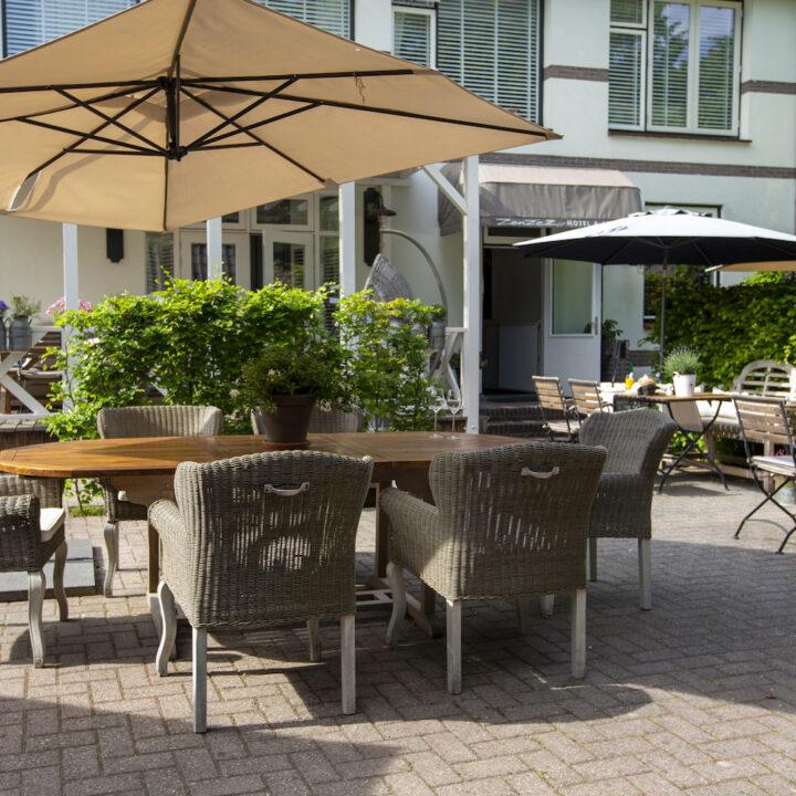 Zonnig terras bij het hotel in Apeldoorn