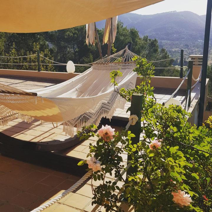 Hangmat op een balkon van een hotel op Ibiza