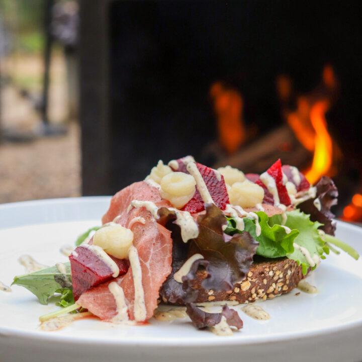 Lunch bij de houtkachel op het terras van WOODZ