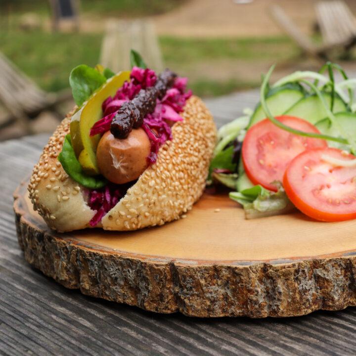 Broodje worst op het terras van WOODZ