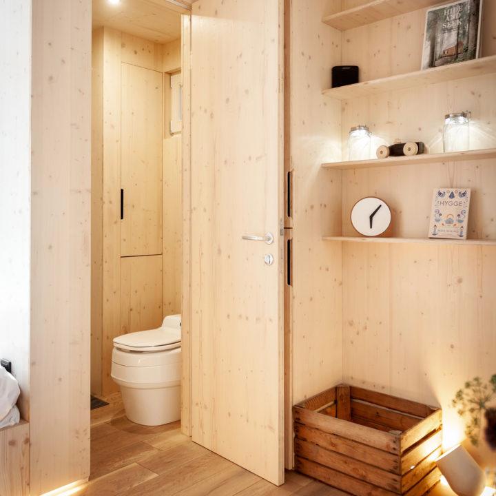 Elke cabin heeft een eigen douche & toilet.