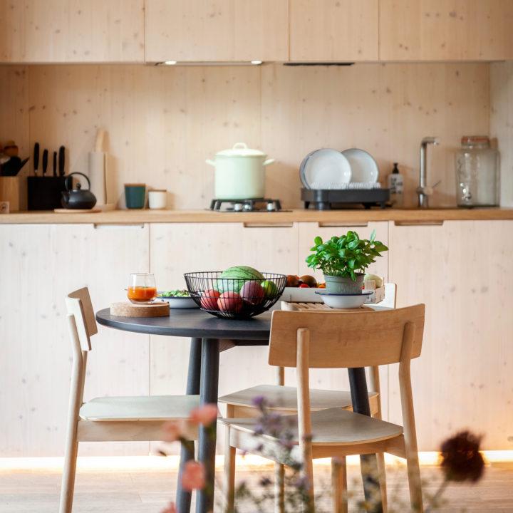 Eethoek en keuken in een Slow Cabin