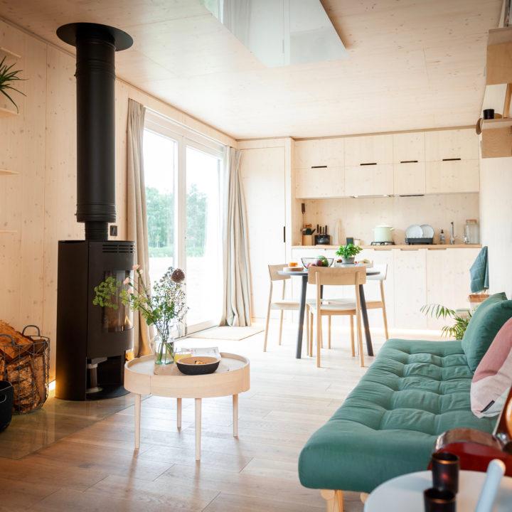 Doorkijkje van de zithoek met houtkachel naar de eethoek en keuken.