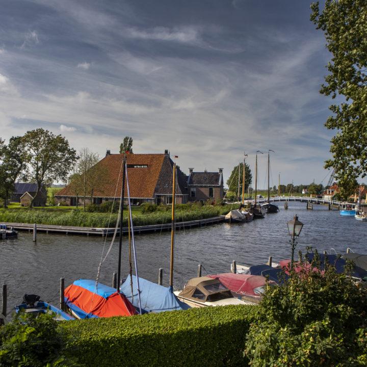 Grote Friese boerderij aan het water