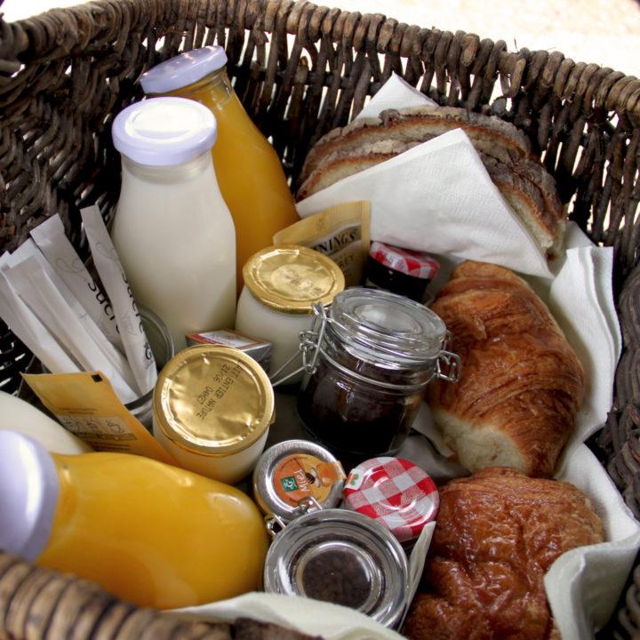 Ontbijtmand met croissants, jam en jus d'orange