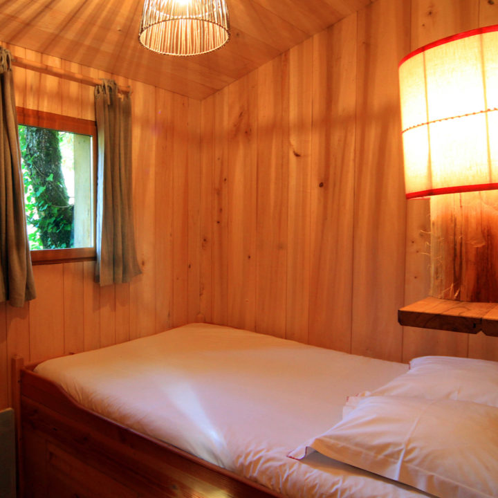 Bed in boomhut