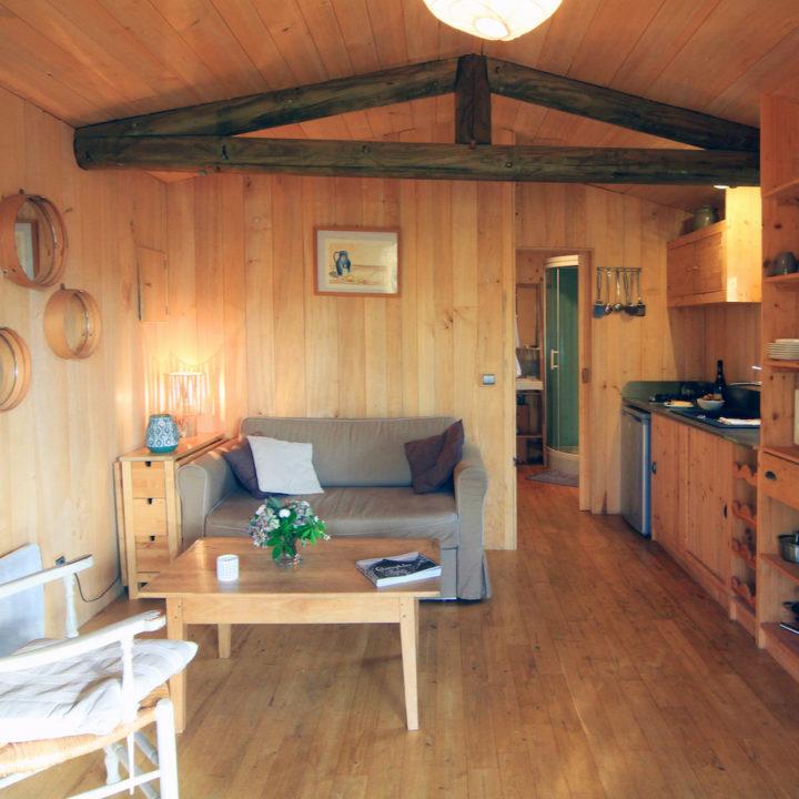 Woon en zitgedeelte van boomhut in Frankrijk
