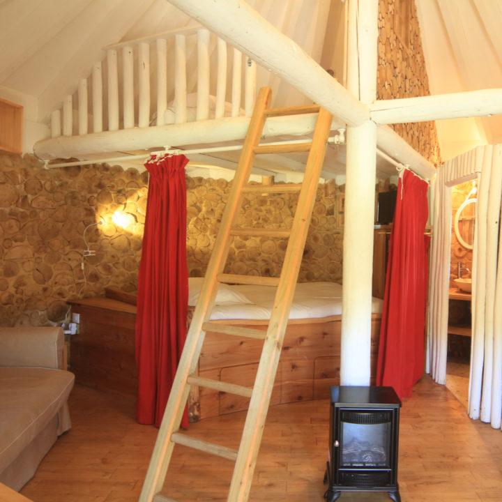 Slaapkamer van boomhut in Frankrijk