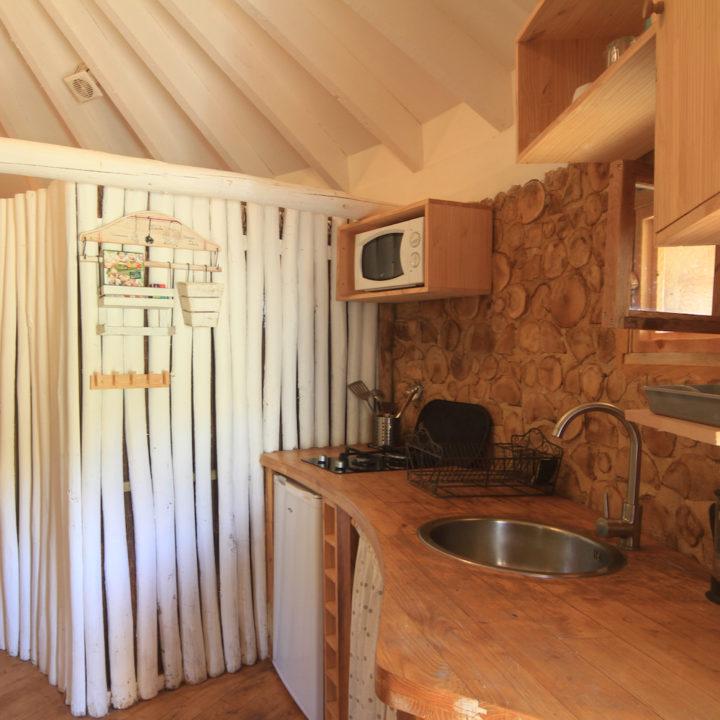 Keuken van boomhut in Frankrijk