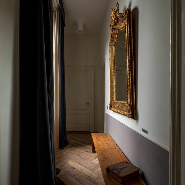 Art Suite met stijlvolle gang en grote spiegel