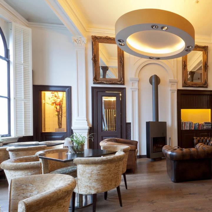 Loungehoek met haard in het hotel