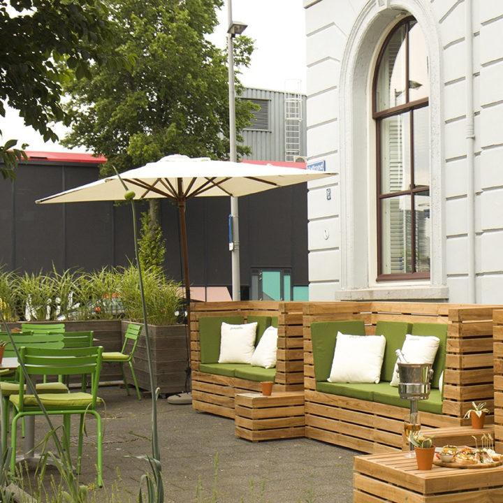 Terras met loungebanken in Rotterdam