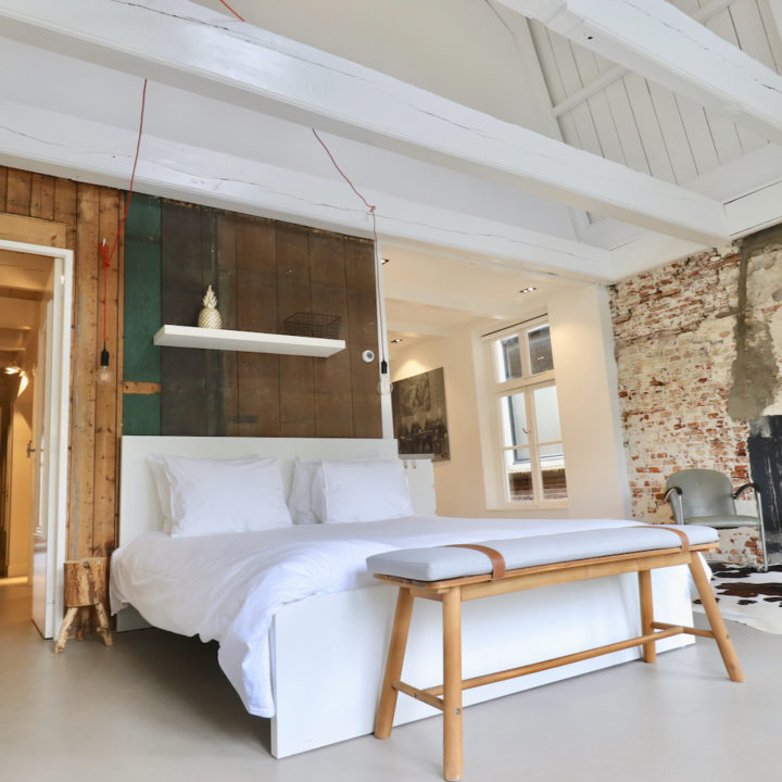Ruime open slaapkamer van B&B in Dokkum