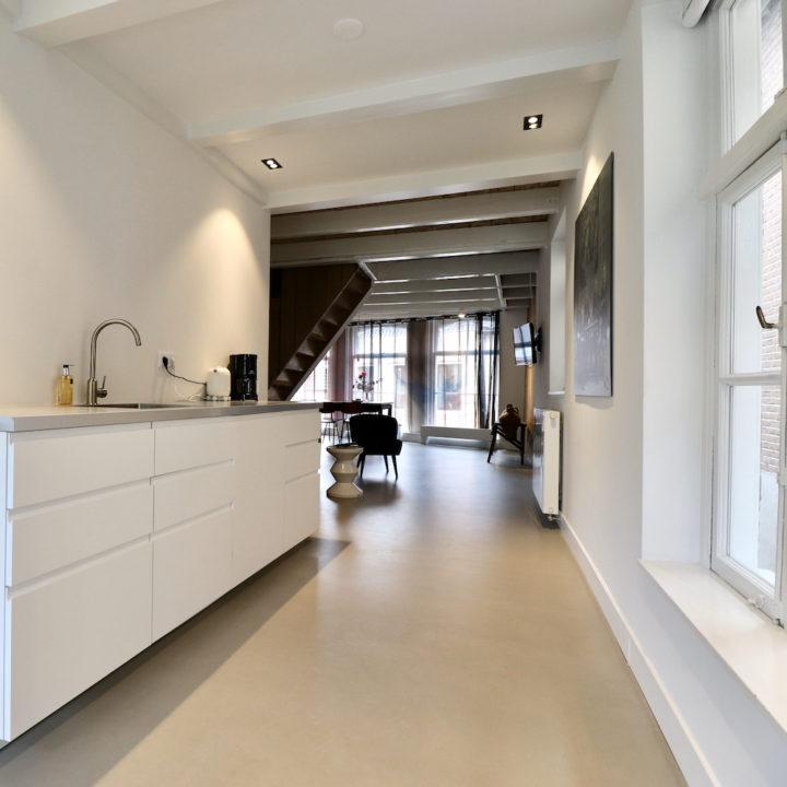 De moderne witte keuken van een B&B in Dokkum