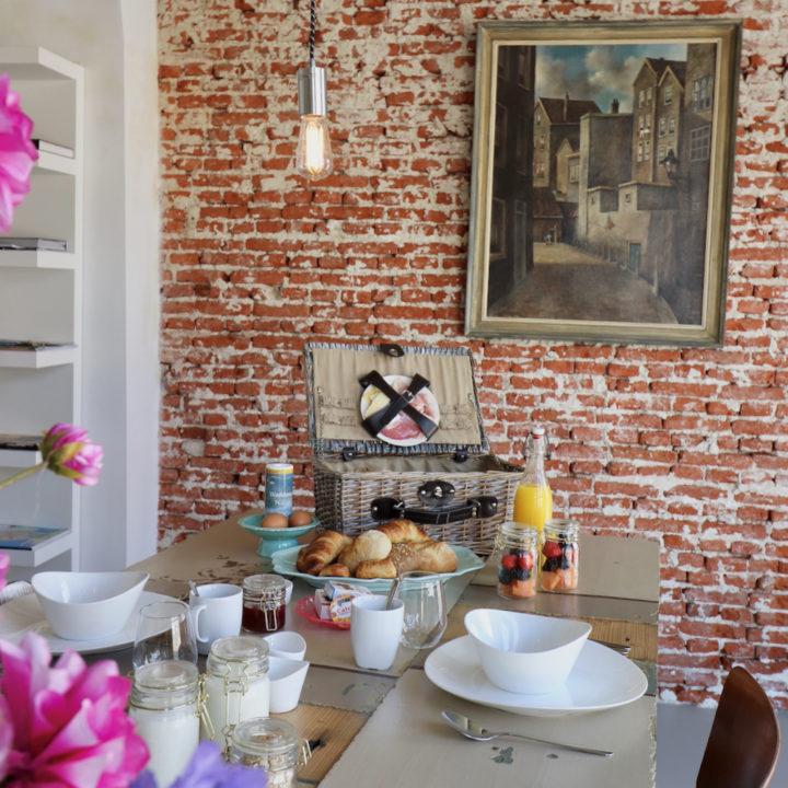 Ontbijt op tafel bij een B&B in Dokkum