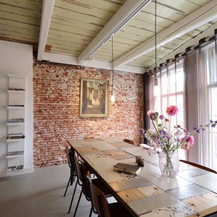 Lange eettafel en historische details bij een B&B in Dokkum