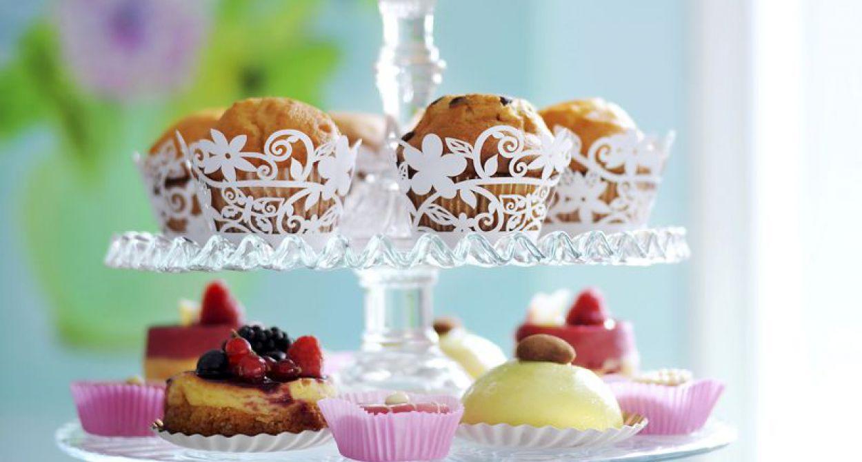 Een high tea etagère met muffins en petit-fours