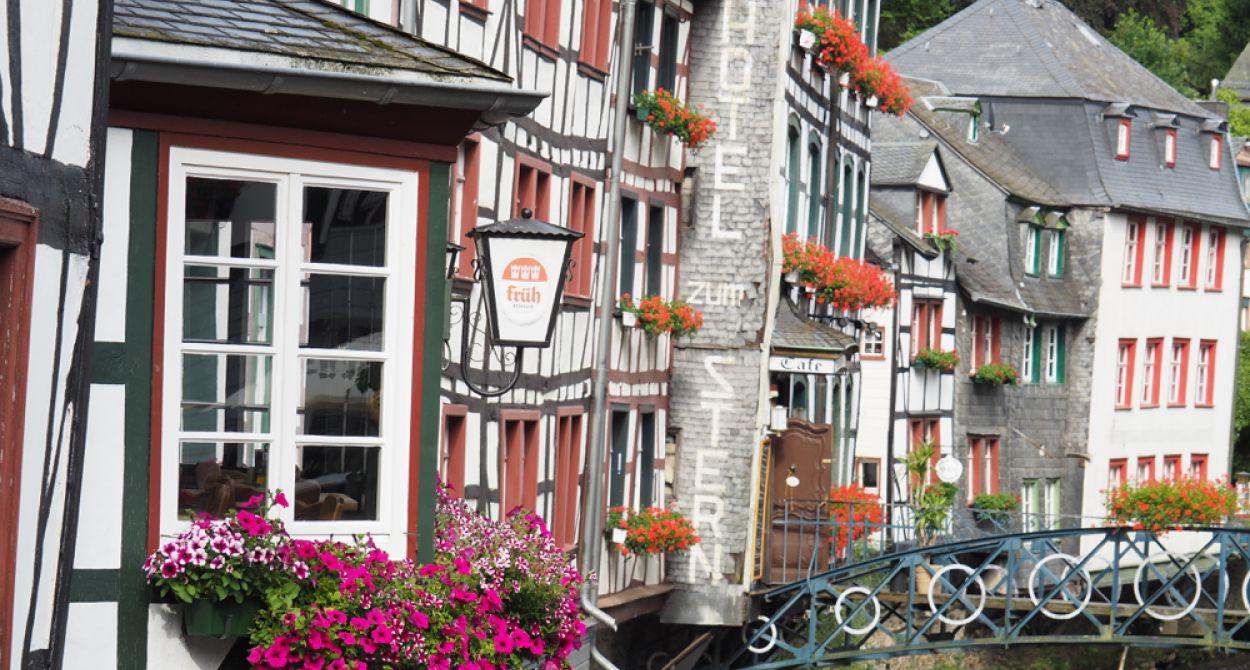 Rijtje vakwerkhuizen in Monschau, een typisch vakantie dorp in Duitsland
