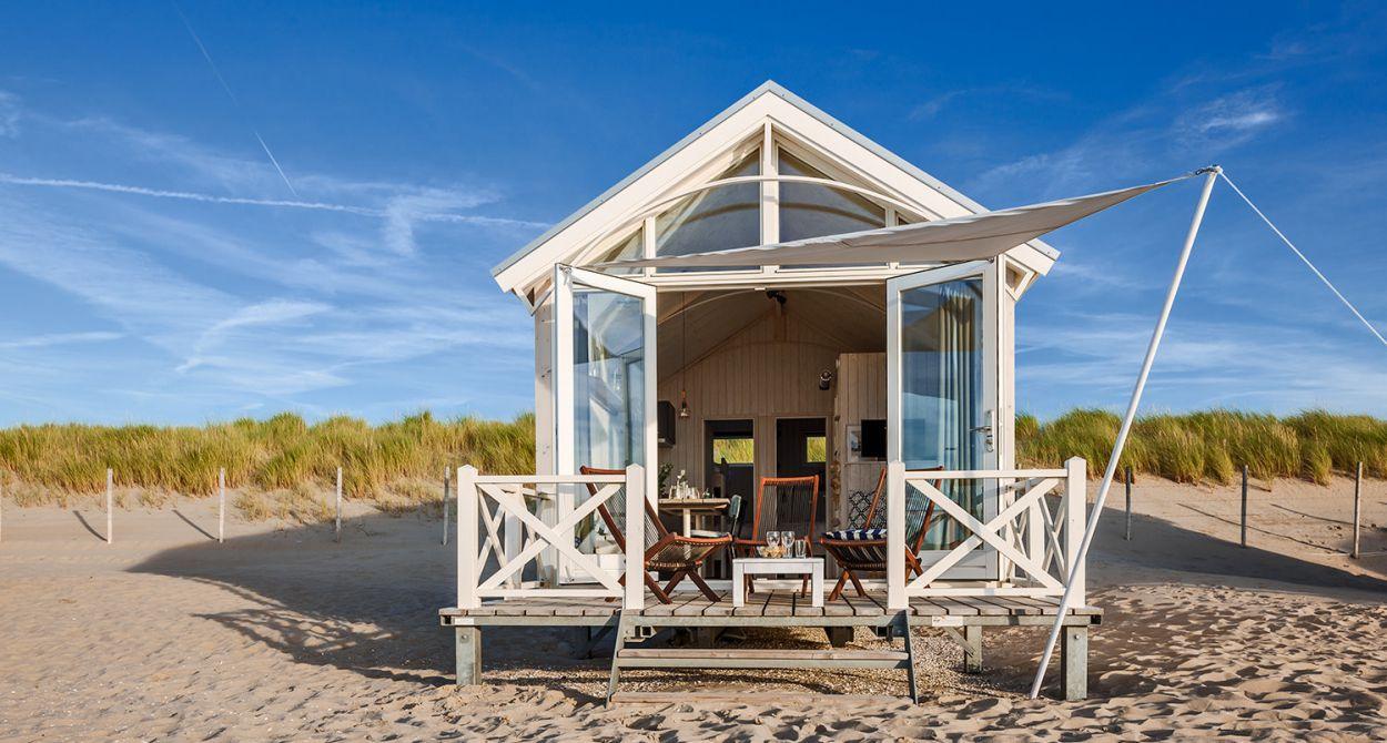 Huur een strandhuisje in Den Haag. Een huisje met openslaande deuren op het strand.
