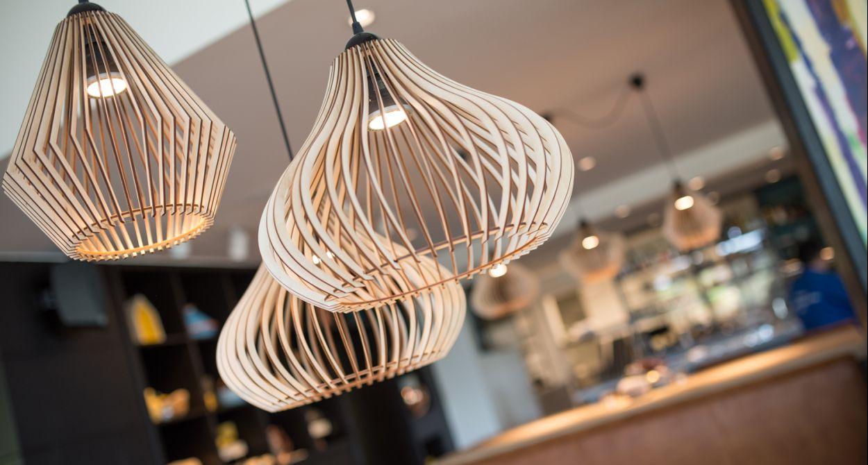 Stijlvolle lampen in de bar van boutique hotel Sterrenberg
