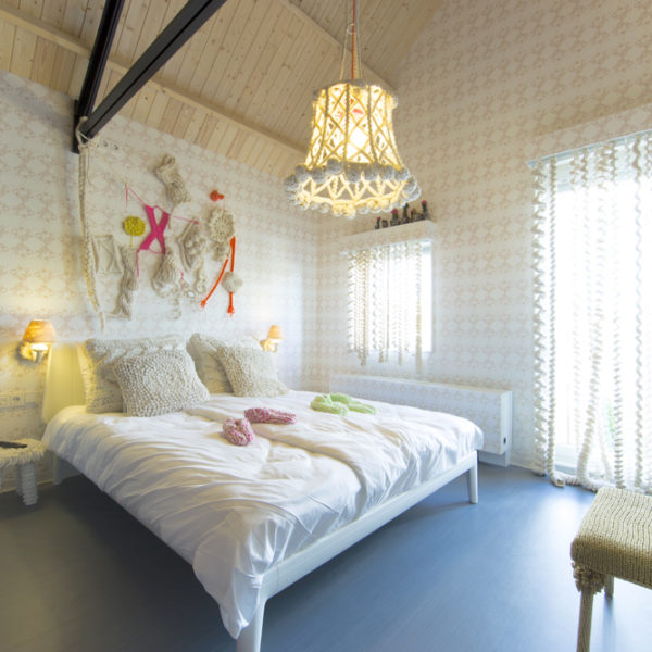 Moderne lichte witte kamer en wit bed met wit beddengoed