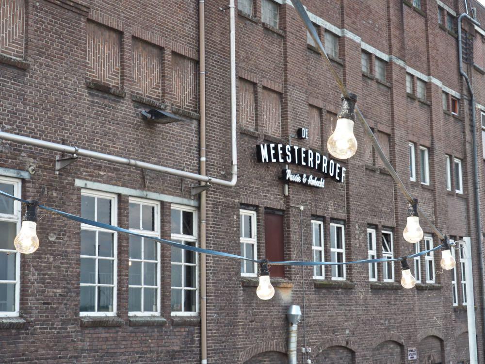 Oud industrieel gebouw de Meesterproef met sfeerlampjes op de voorgrond
