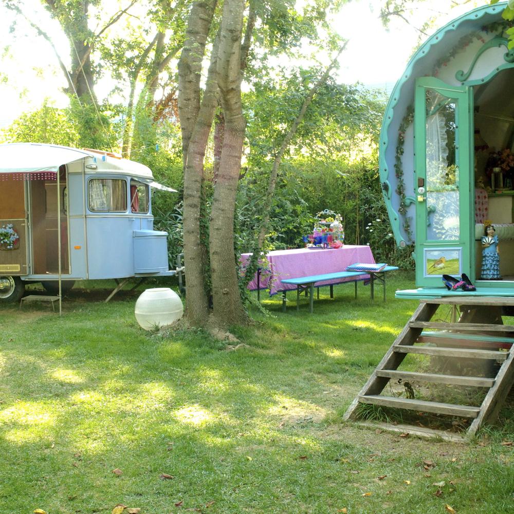 Een mintgroene woonwagen en lichtblauwe caravan in Spanje