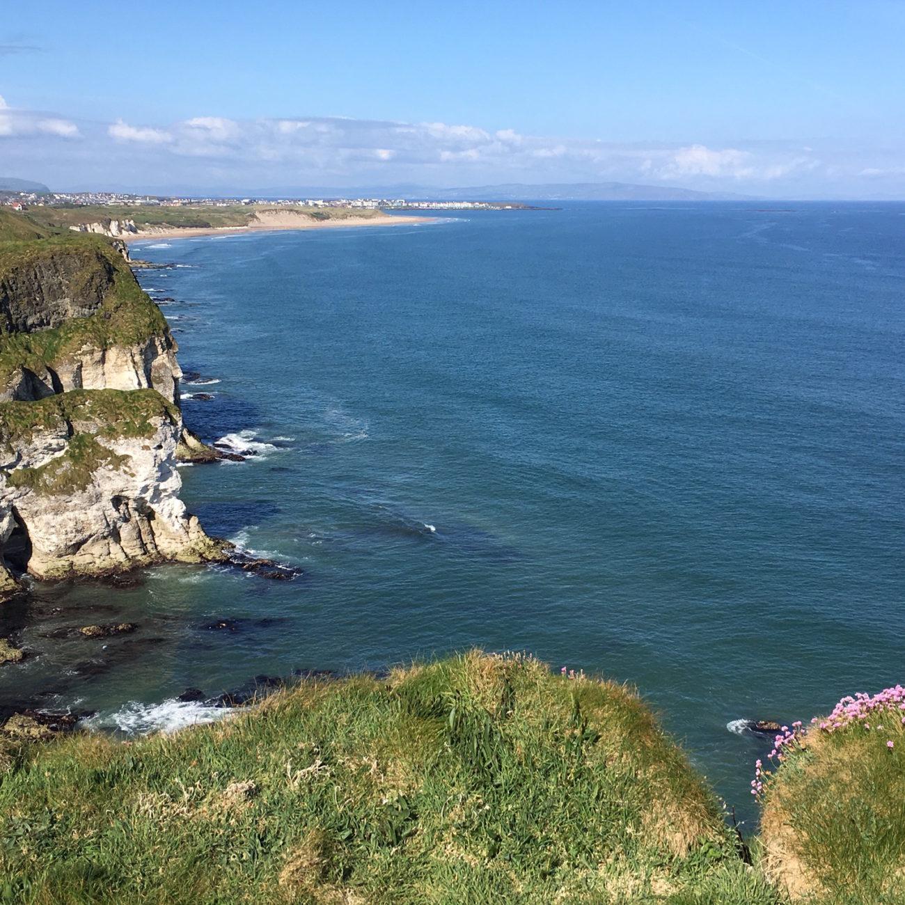 Een foto langs de grillige kustlijn