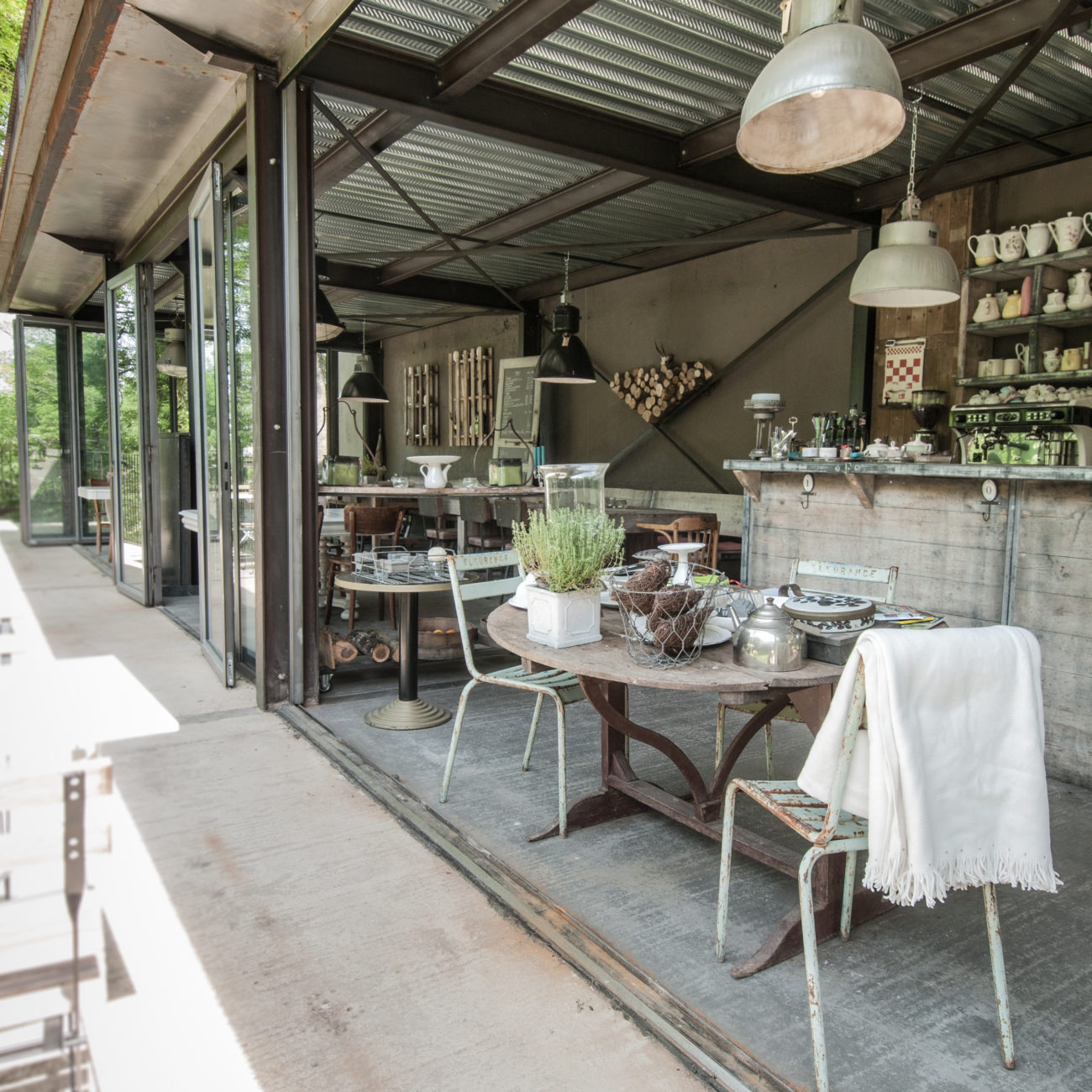 Een tafel met stoelen in brocante stijl met open gevel