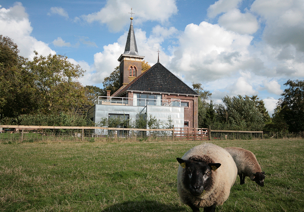 Een kerk is omgebouwd tot modern vakantiehuis voor meerdere gezinnen