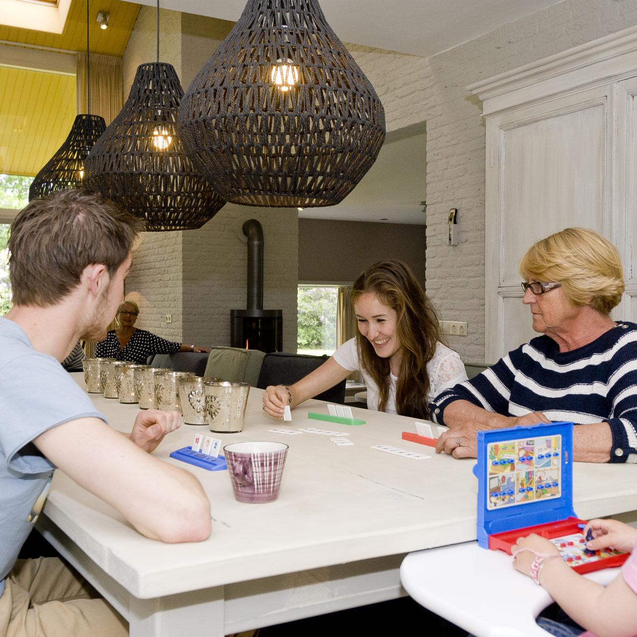 Met het gezin aan tafel een spelletje spelen