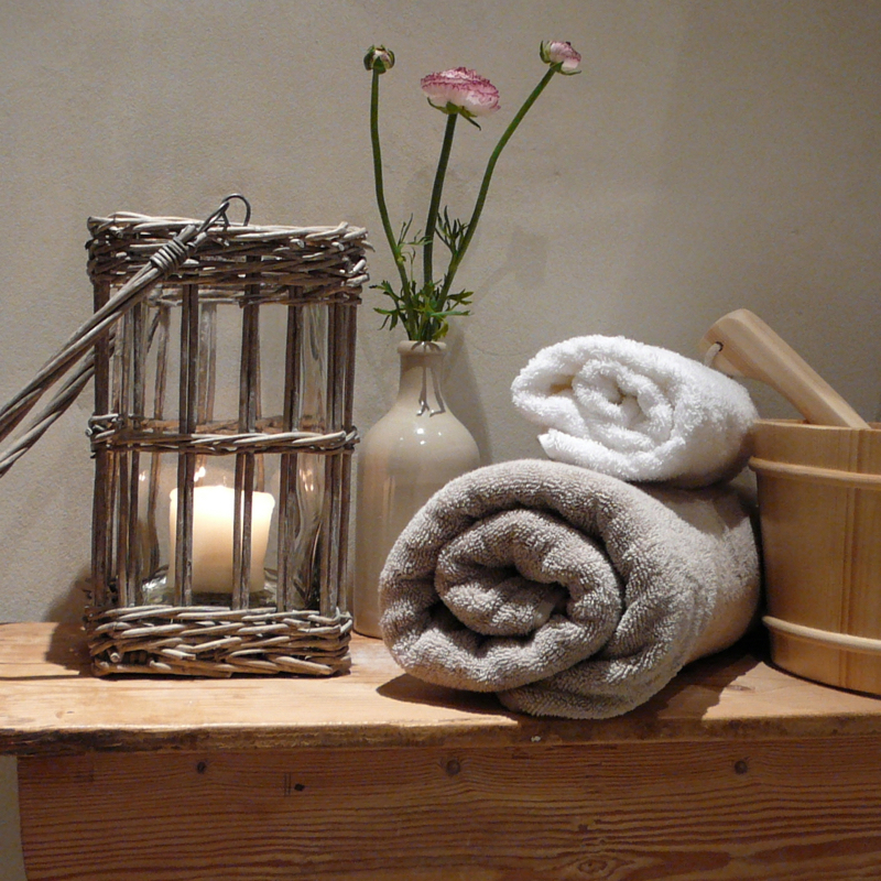Opgerolde handdoeken in de sauna