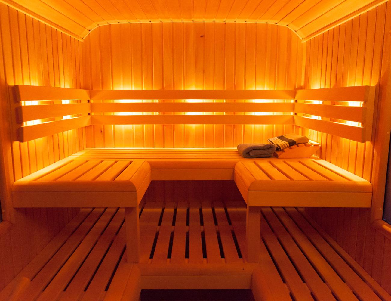 Houten ligbanken in de sauna
