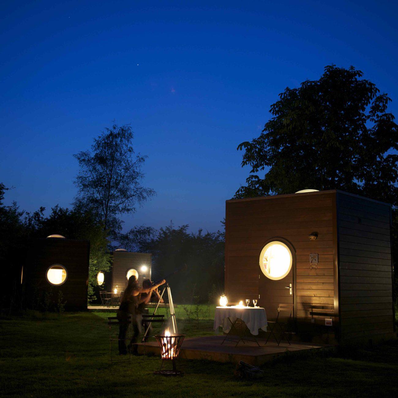 Ultiem adres voor een romantische vakantie: Sterrenkubus. Sterren kijken bij avond en een kampvuur