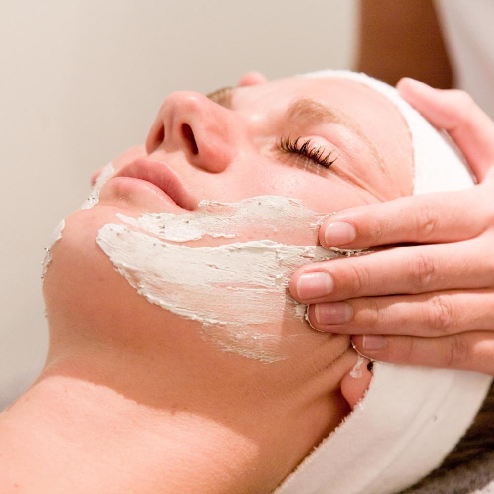 Schoonheidsbehandeling met gezichtsmasker