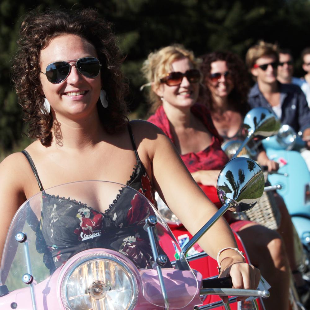 Vrolijke dames op felgekleurde scooters; een bijzonder uitje tijdens je vriendinnenweekend