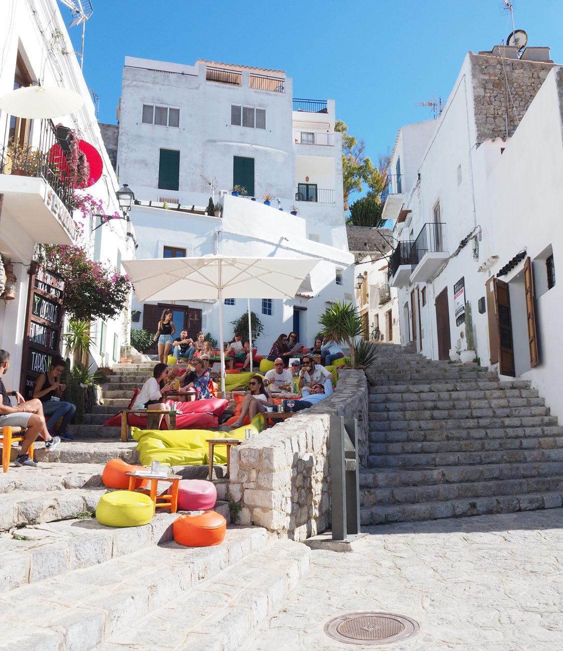 Het oude centrum van Ibiza stad met witte huizen, steegjes, terrasjes en trappetjes.