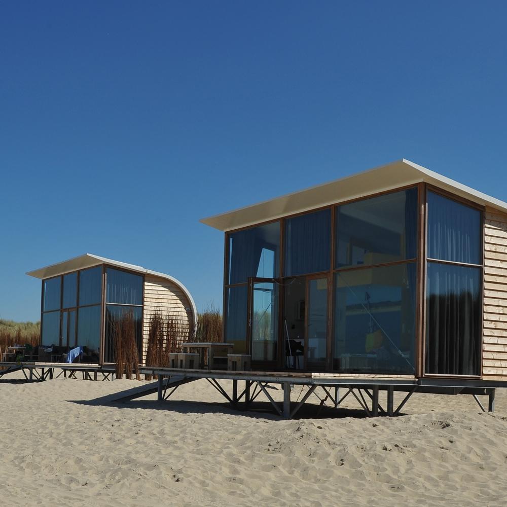Strandhuisjes op het strand waar honden welkom zijn