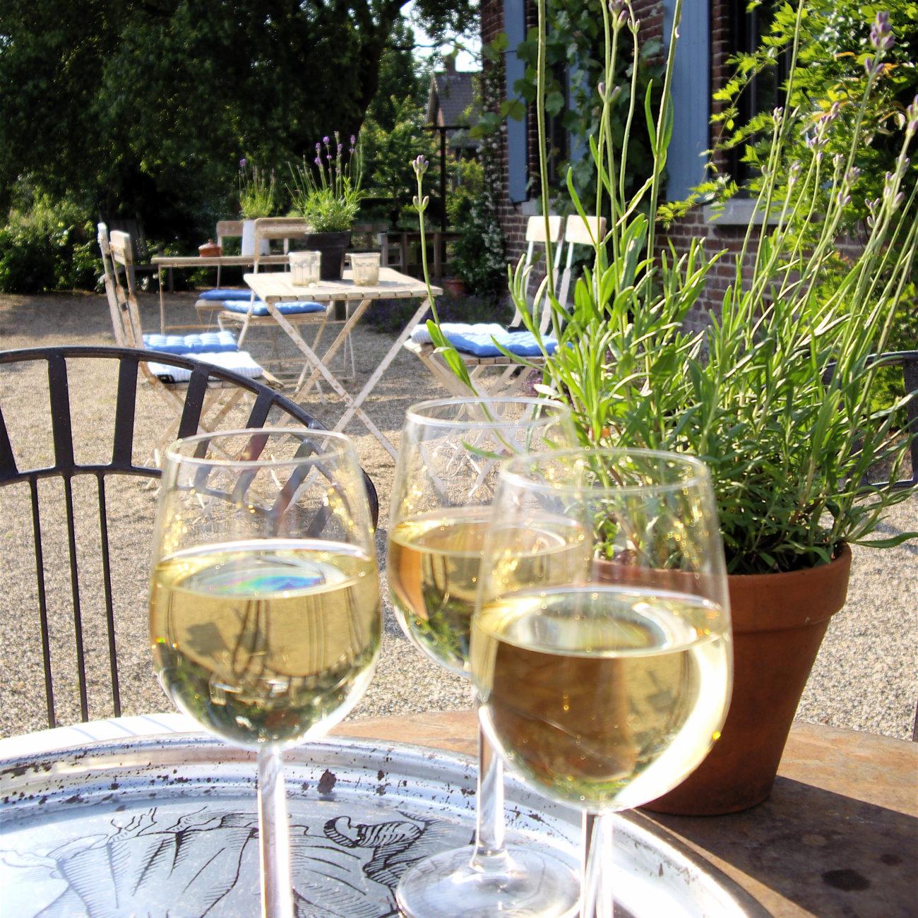 Bijzonder uit eten in Franse sfeer, glazen wijn op terras