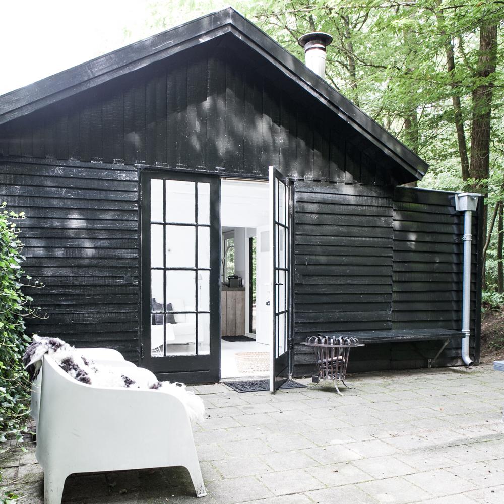 Zwart houten huis